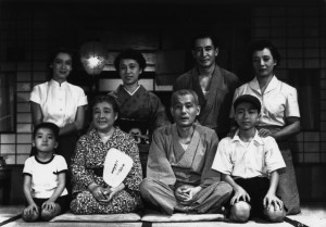 Unhappy family: the story is about a visit of an elderly couple to Tokyo
